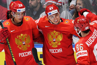 Игроки сборной России Никита Зайцев, Никита Гусев и Никита Кучеров (слева направо) радуются забитой шайбе в матче группового этапа чемпионата мира по хоккею между сборными командами России и Чехии, 13 мая 2019 года