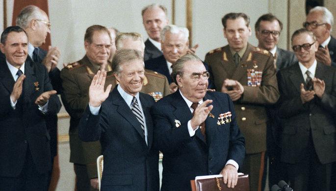Президент США Джимми Картер и генсек ЦК КПСС Леонид Брежнев перед подписанием советско-американских документов об ограничении стратегических наступательных вооружений (ОСВ-2) в Вене, июнь 1979 года