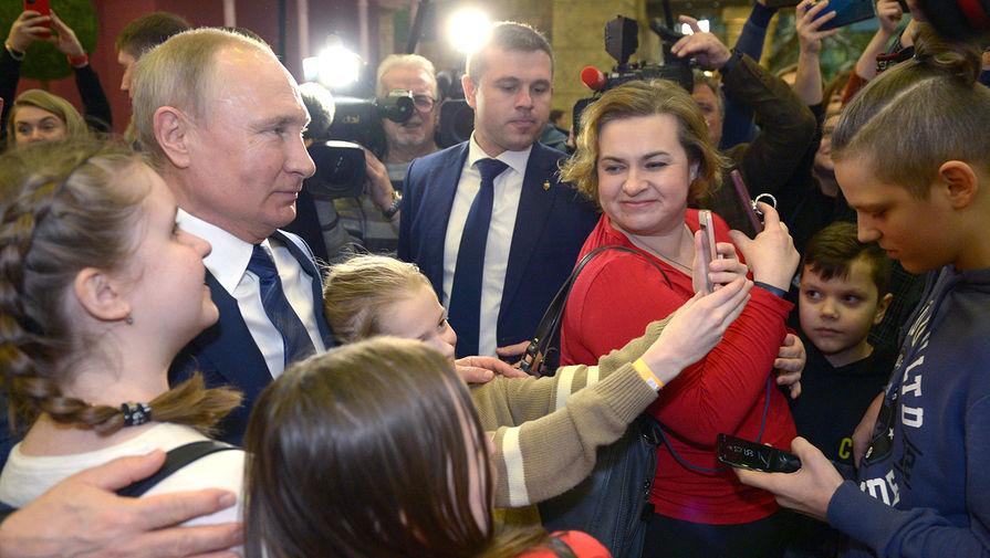 Президент России Владимир Путин общается с юными посетителями в парке «Остров мечты» в Москве, 27 февраля 2020 год
