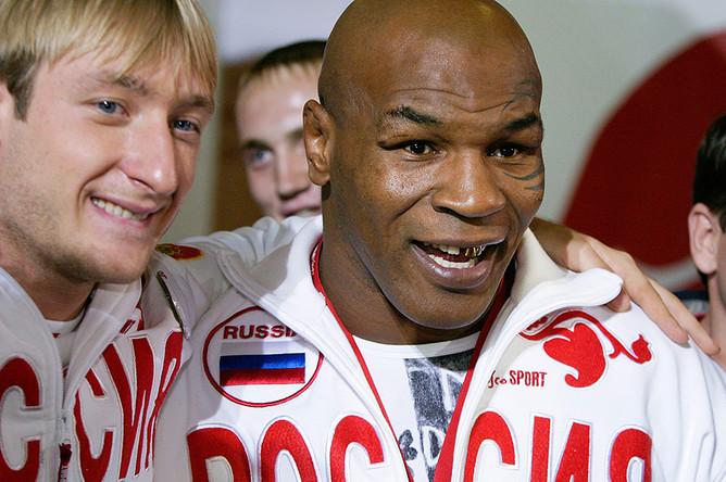 Евгений Плющенко и боксер Майк Тайсон на представлении экипировки олимпийской команды России для ХХ зимних Олимпийских игр в Турине, 2006 год