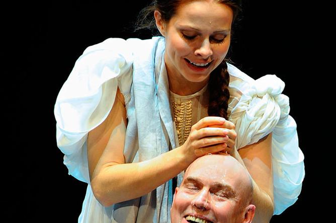 Актеры Екатерина Гусева и Виктор Сухоруков в сцене из спектакля «Царство отца и сына» в Театре им. Моссовета, 2009 год