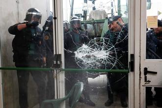Испанская полиция выбивает стекло, чтобы попасть на избирательный участок, 1 октября 2017