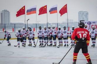 Хоккейный матч на государственной границе России и Китая, проходящей по реке Амур между городами Хэйхэ и Благовещенск