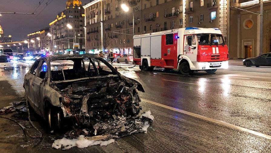 Последствия ДТП двух легковых автомобилей, столкнувшихся на Садовом кольце