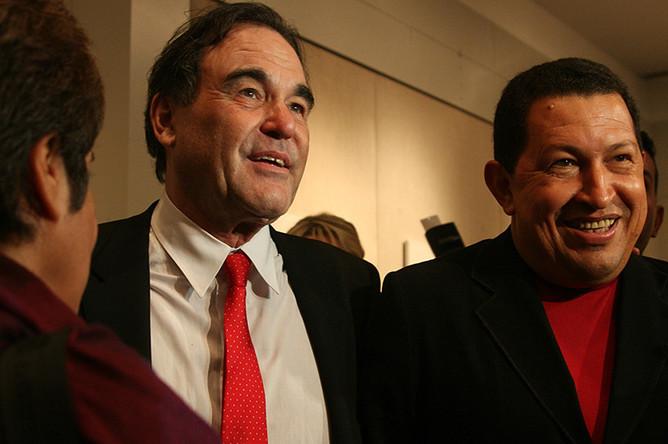С президентом Венесуэлы Уго Чавесом перед показом фильма «К югу от границы» (2009)