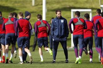 Гарет Саутгейт (в центре) готовит англичан к своему первому матчу в качестве главного тренера сборной