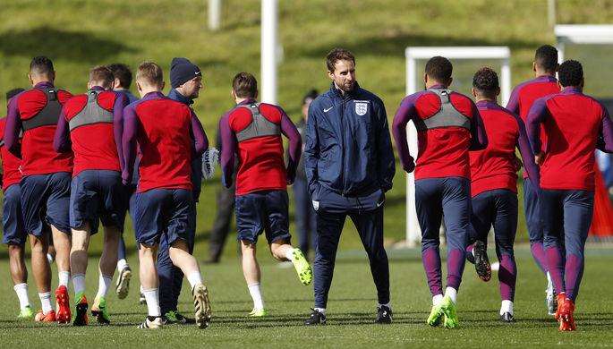 Гарет Саутгейт (в центре) готовит англичан к своему первому матчу в качестве главного тренера...