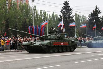 Танки Т-72 во время военного парада, посвященного 72-й годовщине Победы в Великой Отечественной войне в центре Донецка