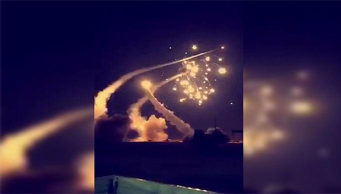 Момент перехвата ВВС Саудовской Аравии запущенных из Йемена ракет в районе города Эр-Рияда, 25 марта 2018 года
