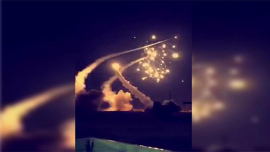 Момент перехвата ВВС Саудовской Аравии запущенных из Йемена ракет в районе города Эр-Рияда, 25 марта...