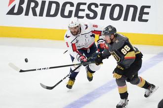 Российский нападающий «Вашингтона» Александр Овечкин борется за шайбу в матче финала Кубка Стэнли против «Вегас Голден Найтс»