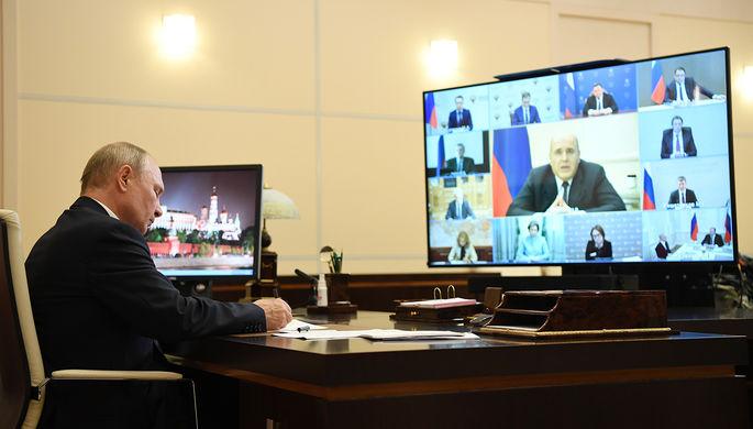 Президент России Владимир Путин в Ново-Огарево во время совещания в режиме видеоконференции по вопросам реализации мер поддержки экономики и социальной сферы, 19 мая 2020 года