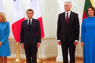 Президент Франции Эммануэль Макрон с супругой Брижит (слева) и президент Литвы Гитанас Науседа с супругой Диана (справа)