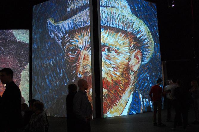 Посетители на выставке «Ван Гог. Ожившие полотна»