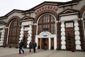 Прохожие у станции Ясиноватая в Донецкой народной республике, от которой отправился первый пассажирский электропоезд в город Луганск
