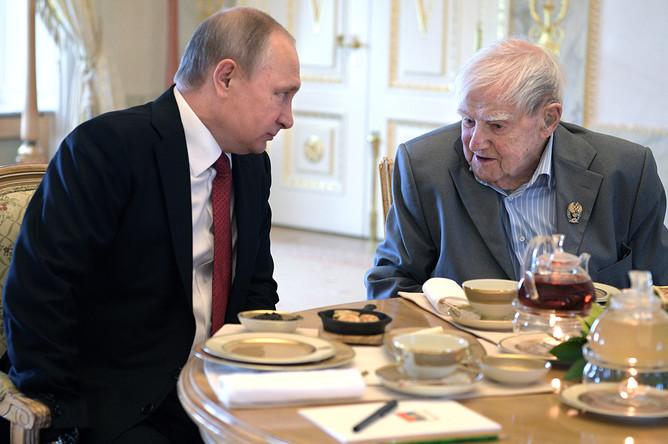Президент России Владимир Путин и писатель Даниил Гранин после церемонии награждения писателя Государственной премией в Константиновском дворце в Стрельне, 3 июня 2017 года