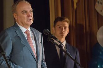 Новый посол России в США Анатолий Антонов во время посещения школы при посольстве США в День знаний, 1 сентября 2017 года