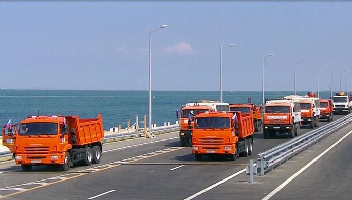 Колонна строительной техники во время церемонии открытия моста через Керченский пролив, 15 мая 2018 года