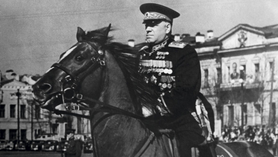 Минобороны показало архивные фотографии полководцев с военных парадов