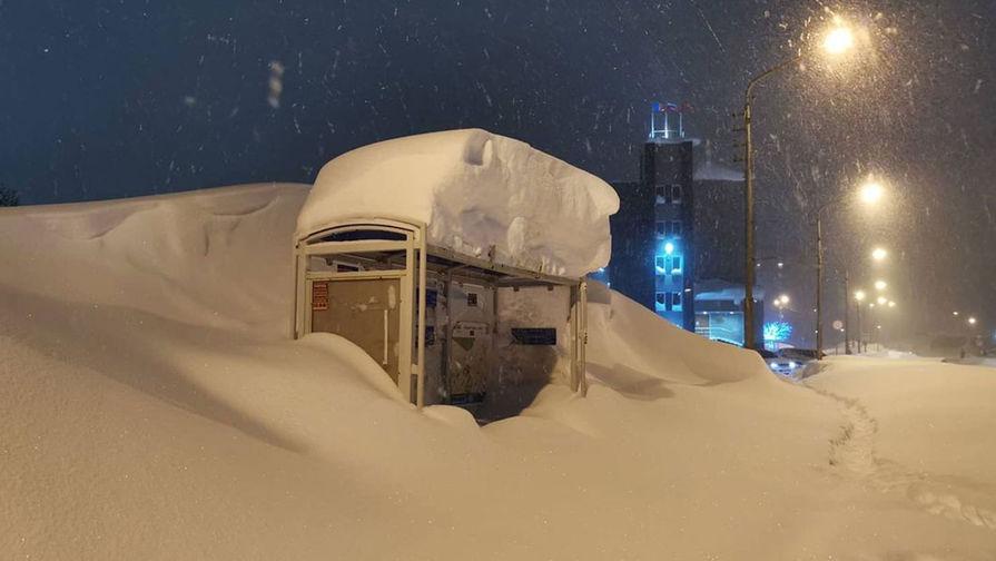 Заснеженная автобусная остановка в Норильске, ноябрь 2020 года