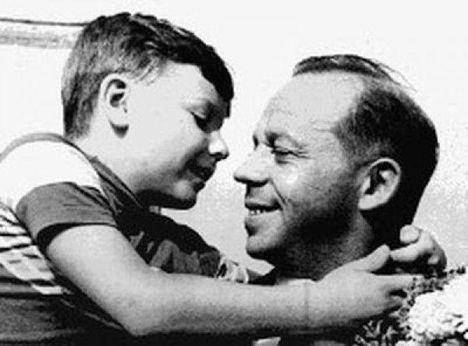 Егор Гайдар в детстве с отцом Тимуром Гайдаром