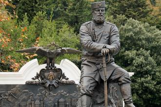 Ялта, 18 ноября 2017. Памятник императору Александру III работы скульптора Андрея Ковальчука в парке Ливадийского дворца