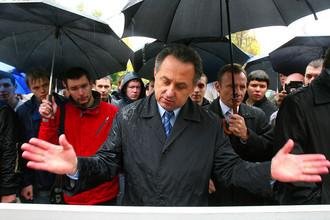 Виталий Мутко разговаривает с футбольными болельщиками, стоящими в очереди в кассы «Лужников», 2007 год