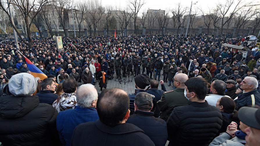 Сторонники оппозиции у здания Национального собрания Армении в Еревaне, 25 февраля 2021 года