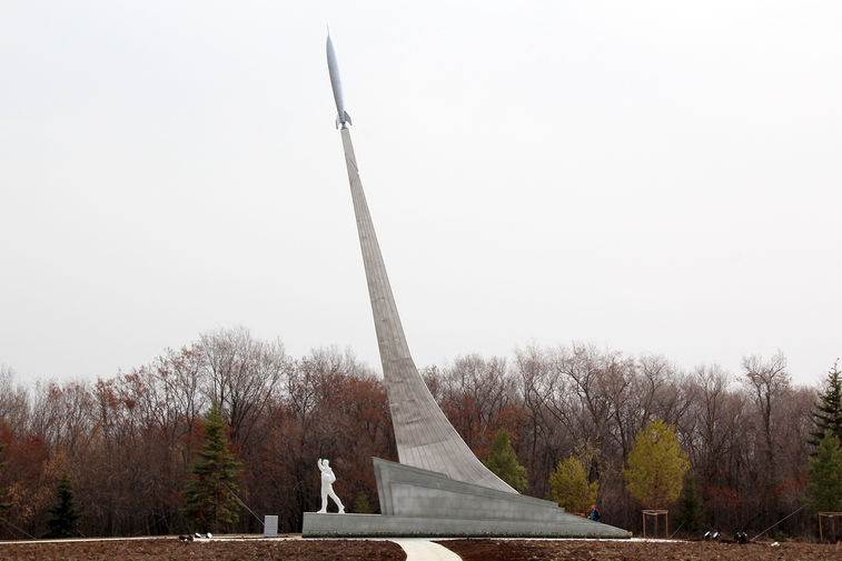 Стела на месте приземления космонавта Юрия Гагарина на территории Парка покорителей космоса им.Юрия Гагарина в Саратовской области