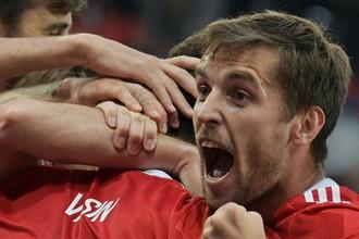 Защитник сборной России Дмитрий Комбаров радуется забитому голу команды