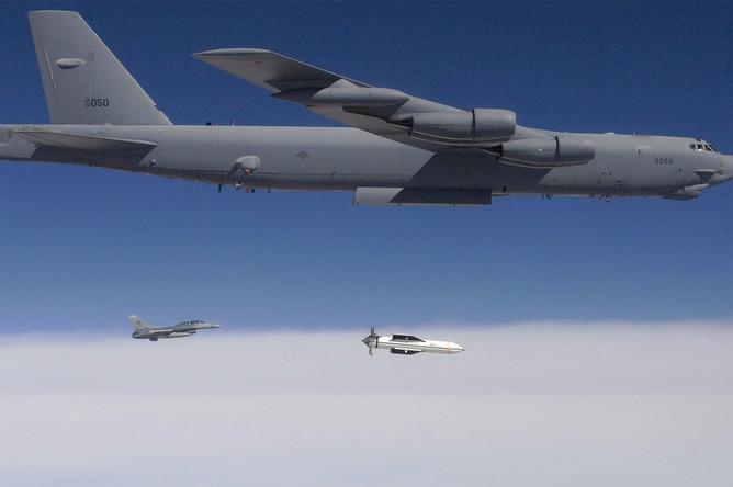 Бомбардировщик Б-52 с бомбой GBU-57 (иллюстрация)