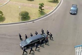 Ким Чен Ын покидает территорию Республики Корея на своем лимузине, 27 апреля 2018 года