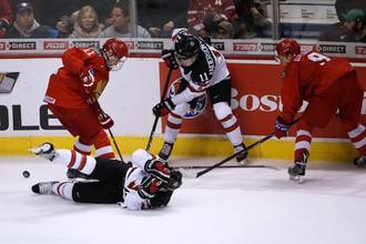 Василий Подколзин (слева) и Артем Галимов против хоккеистов молодежной сборной Канады