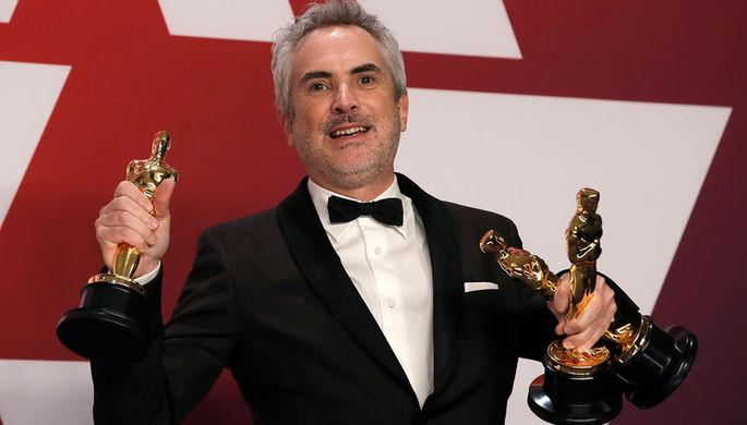 Альфонсо Куарон с наградами во время церемонии вручения кинопремии «Оскар» в Лос-Анджелесе, 24 февраля 2019 года