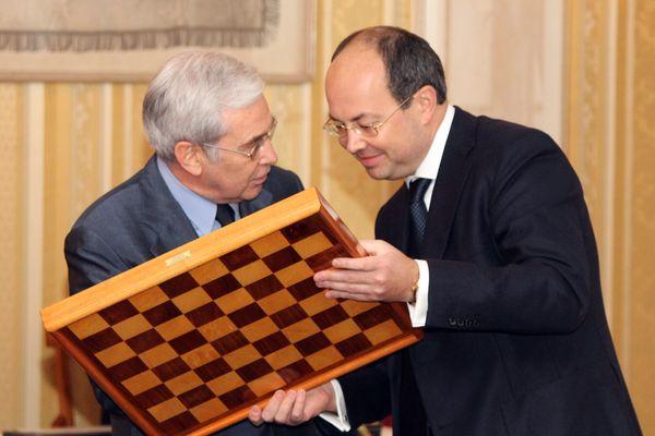 Глава старейшего шахматного клуба мира г-н Исслер вручает организатору турнира Олегу Скворцову памятную доску