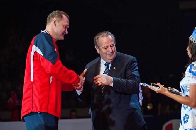 Воронков получает золотую медаль после победы в Лиге чемпионов