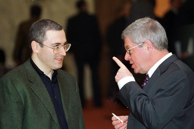 Глава финансово-промышленной группы «ЮКОС- Роспром- Менатеп» Михаил Ходорковский и советник президента России Александр Лившиц. 2001 год.