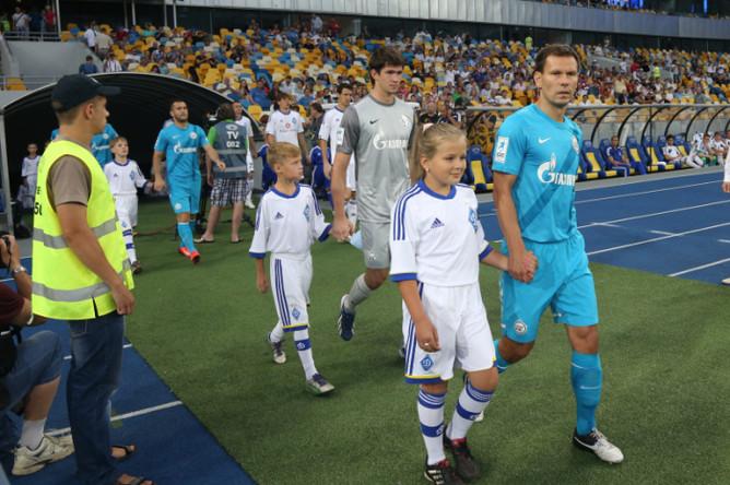 Команды выходят на поле.