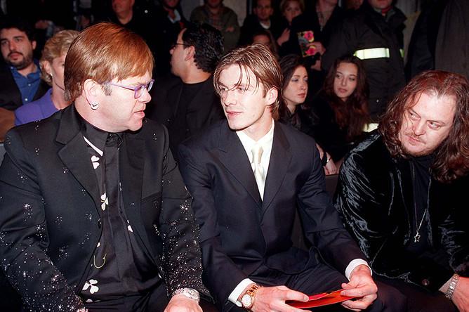 Английский певец Элтон Джон и футболист Дэвид Бекхэм во время модного показа Версаче