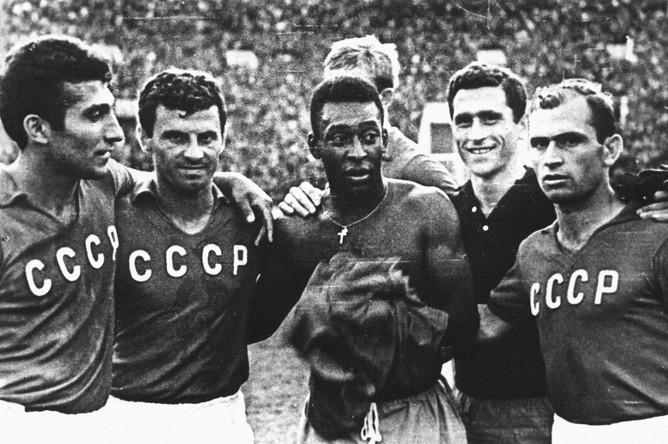 Пеле с игроками сборной СССР