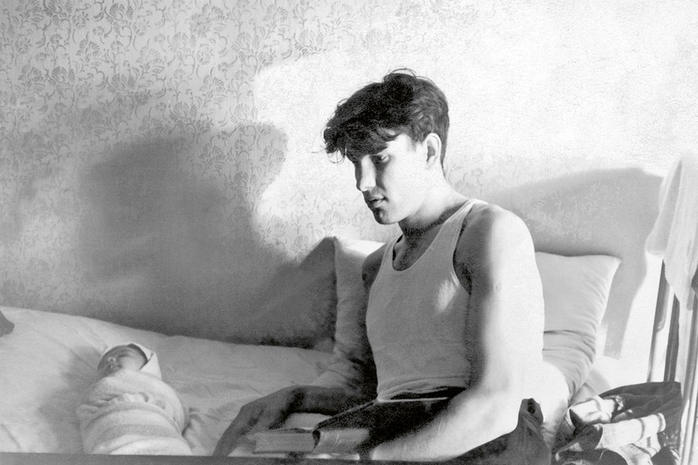 Борис Ельцин- молодой отец с новорожденной дочкой Леной в первой отдельной квартире Ельциных. Фотография из семейного архива