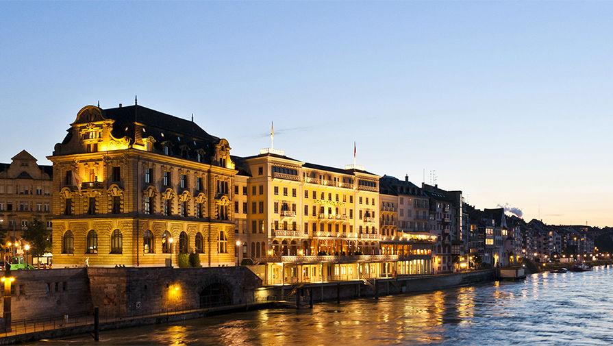 <b>Grand Hotel Les Trois Rois, Швейцария. Год постройки: 1681.</b> Долгое время швейцарский Grand Hotel Les Trois Rois входил в топы исторических отелей: его хозяева старательно поддерживали историю о том, что здание построено в 1026 году. Новые владельцы от этого мифа отказались: на самом деле первое упоминание о нем датируется 1681 годом. Именно тогда здесь открылась гостиница с нынешним именем