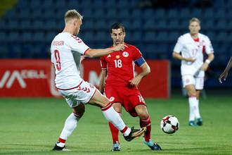 Полузащитник сборной Армении Генрих Мхитарян борется за мяч