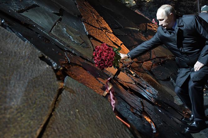 Президент РФ Владимир Путин во время церемонии открытия мемориала «Стена скорби», 30 октября 2017 года
