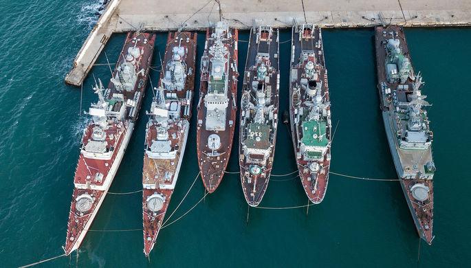 Военные корабли, которые ранее входили в состав военно-морских сил Украины, в бухте Севастополя...
