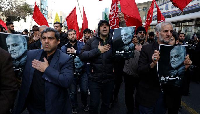 Участники демонстрации в Тегеране после авиаудара США в Багдаде, в результате которого был убит командующий силами спецназначения «Аль-Кудс» иранского Корпуса стражей исламской революции (КСИР) Касем Сулеймани, 3 января 2020 года