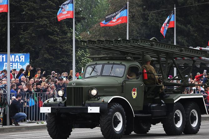 Боевая машина БМ-13 «Катюша» во время военного парада, посвященного 72-й годовщине Победы в Великой Отечественной войне в центре Донецка