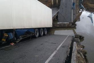 Слишком много картошки: в Приамурье мост раздавил легковушку