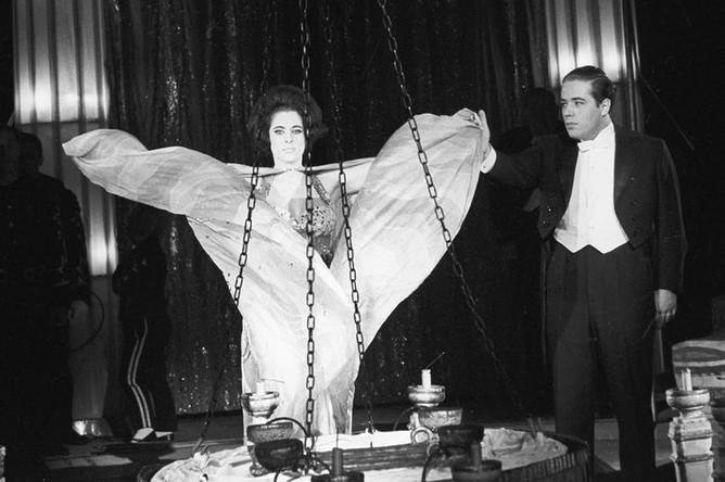 Выступление артиста цирка и иллюзиониста Игоря Кио на арене Московского цирка на Цветном бульваре, 1967 год