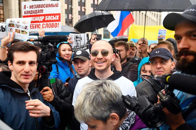 Рэп-исполнитель Оксимирон (Oxxxymiron) на митинге в поддержку незарегистрированных кандидатов в Мосгордуму на проспекте Академика Сахарова в Москве